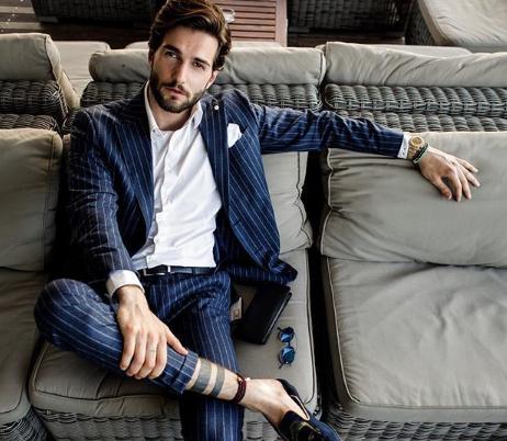 lucir un traje con estilo ]/ Fuente: Instagram @ @andreamelchiorre1