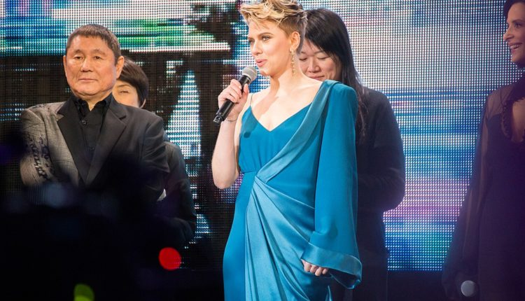 scarlett johansson / Fuente: Wikicommons Dick Thomas Johnson from Tokyo, Japan - Ghost In The Shell World Premiere Red Carpet: Kitano Takeshi, Scarlett Johansson & Juliette Binoche