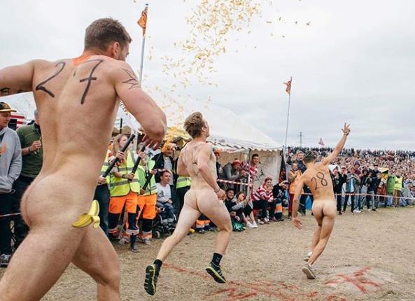 los obligan a correr desnudos / Fuente: Instagram @bitchslapmag