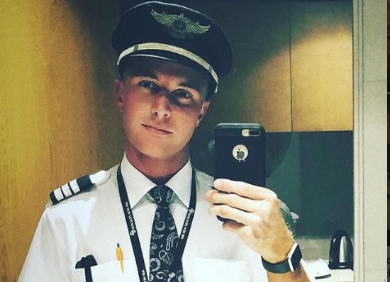 Piloto de avión usa Grindr para seducir a pasajero durante vuelo